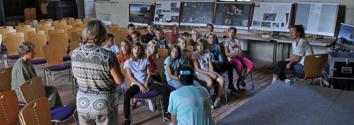 Hortkinder besichtigen die Archäologieausstellung aus Kargowa